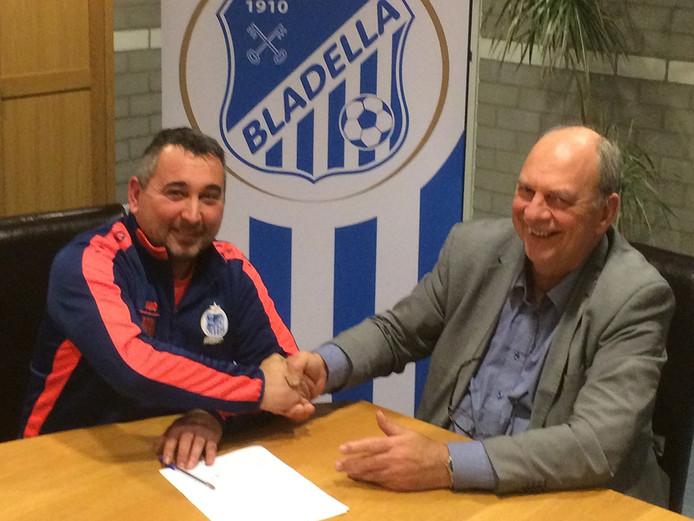 Trainer Huub Vermeulen (l) en voorzitter René Walenberg bij het verlengen van het contract.