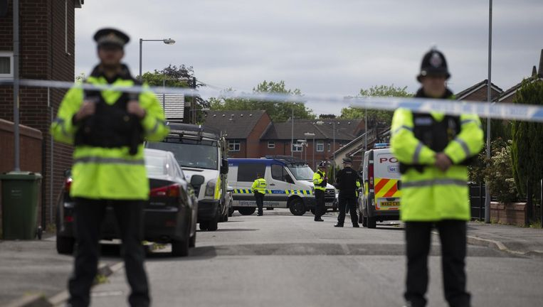 De politie bij een afzetting in Manchester tijdens een operatie in verband met de aanslag. Beeld afp