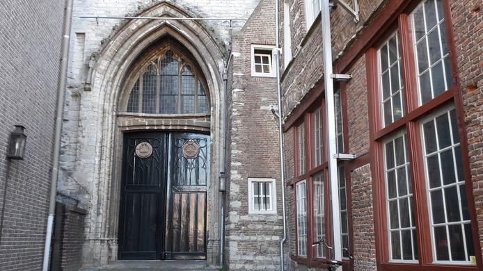 De hoofdingang van de Gertrudiskerk gaat open voor bezoekers.