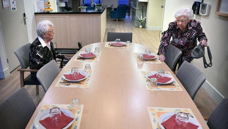 Twee bewoonsters van verpleeghuis Adegeest Beeld Marcel van den Bergh