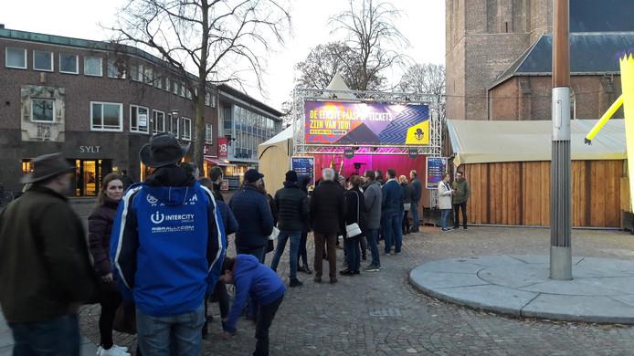 Een lange rij voor de eerste tickets van Paaspop 2020 in Schijndel.