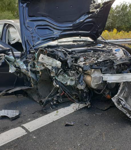 Inzittenden van auto die over de kop slaat op A1 bij Borne, blijven wonder boven wonder ongedeerd