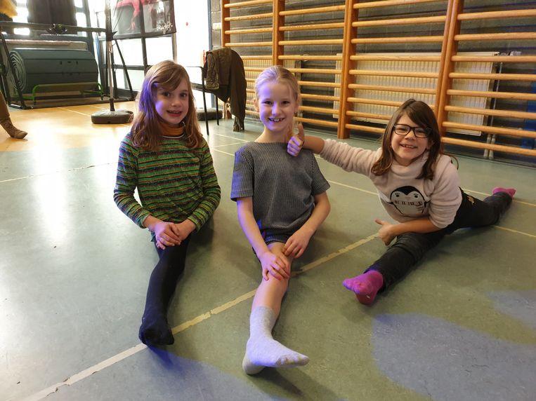 Suzanne, Elise en Lotte doen een spreidstand tijdens het bezoek van de Heldentoer in basisschool  De Bloesem in Kerksken.