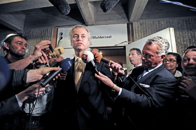 Wilders na de uitspraak in het 'haatzaaiproces' op 23 juni 2011. Rechts zijn advocaat Bram Moszkowicz Beeld Raymond Rutting / de Volkskrant