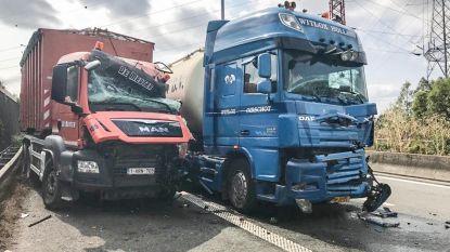 Drie vrachtwagens knallen op elkaar