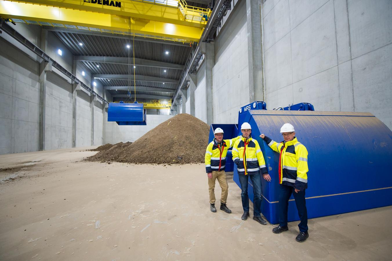 Luc Westdorp, Gerd-Jan de Leeuw en Kees de Regt (van links naar rechts) van BMC Moerdijk in de nieuwe loods  voor de opslag van mest .