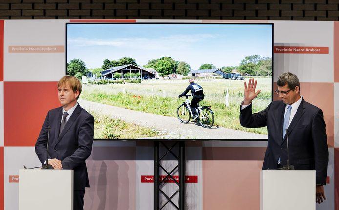 Erik Ronnes (rechts) bij de presentatie van het nieuwe provinciebestuur in Brabant. Naast hem op het podium Eric de Bie, van Forum voor Democratie.