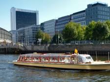 Wildplasser piest vanaf brug op Berlijnse rondvaartboot: vier gewonden