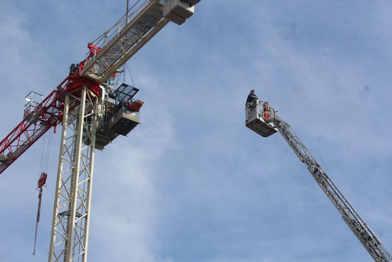Het Red-team van brandweerzone Zuid West Limburg moest het slachtoffer uit de stuurcabine van de bouwkraan komen bevrijden.