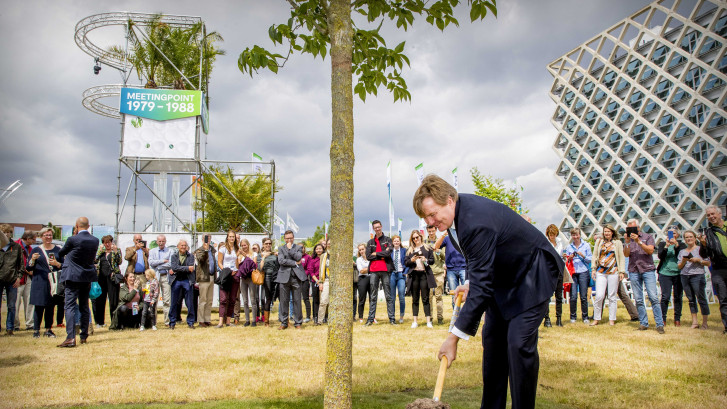Koning plant in Wageningen boom voor wereldwijd bosje Universitrees