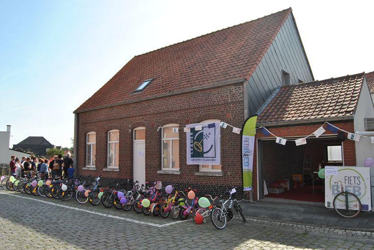 De fietsbieb bevindt zich in de garage van een woning in de Schuiferskapellestraat 3.