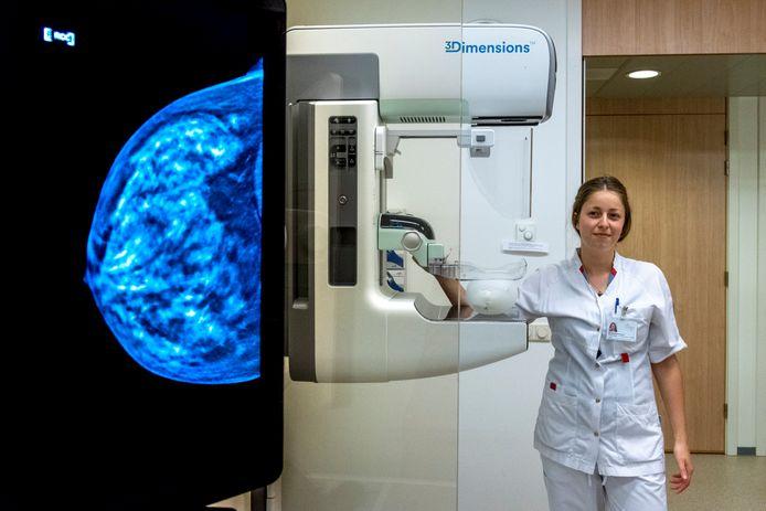 Martine Rademakers demonstreert de nieuwe 3D mammograaf met een ballon.