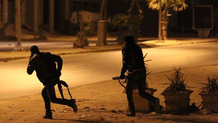 Medewerkers van het hoofdbureau in Benghazi tijdens de aanval. Beeld afp