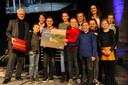 Gedeputeerde Ben de Reu, de kinderen van de Regenboogschool uit Hoedekenskerke en rechtsachter juf Jenneke van den Dries.