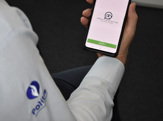 De politie Westkust roept burgers op om in te tekenen op de app Buurtpreventie24 en zo samen aan een veiligere politiezone te werken.