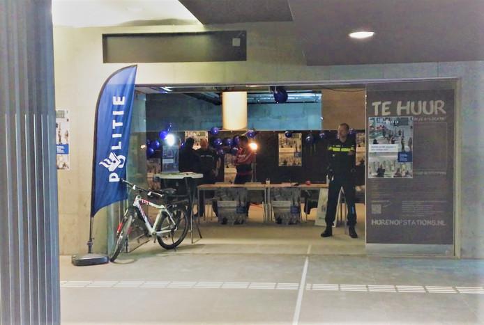 Het pop-up politiebureau zit in een leegstaande ruimte op het station in Breda.