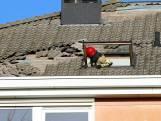 Rondvliegende dakpannen beschadigen auto's in Emmeloord