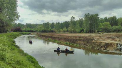 Ministers Weyts en Van den Heuvel peddelen in kano op de Demer