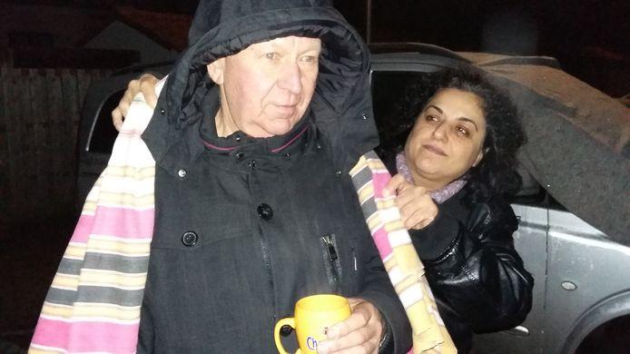 Brandslachtoffer Henk Derickx krijgt een kop koffie en een dekentje van hem onbekende vrouw.