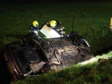 Automobilist naar ziekenhuis nadat auto op de kop in sloot belandt