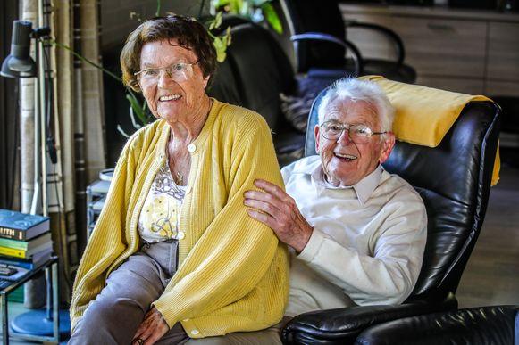 Marcel De Meirleir en Bertha Vandamme zijn 75 jaar getrouwd. Elke dag lachen ze en knuffelen elkaar.