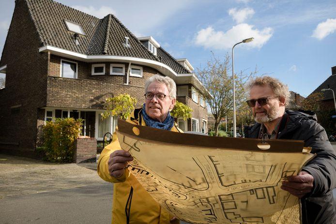 Hans van den Broek (sjawl) en Hans Beerens (baard) met een originele tekening van de Prof Lorentzstraat. Hans en Hans zijn initiatiefnemers van het AK Beudt Project, een groots opgezet onderzoek naar het werk van architect Beudt die in de jaren '20 en '30.