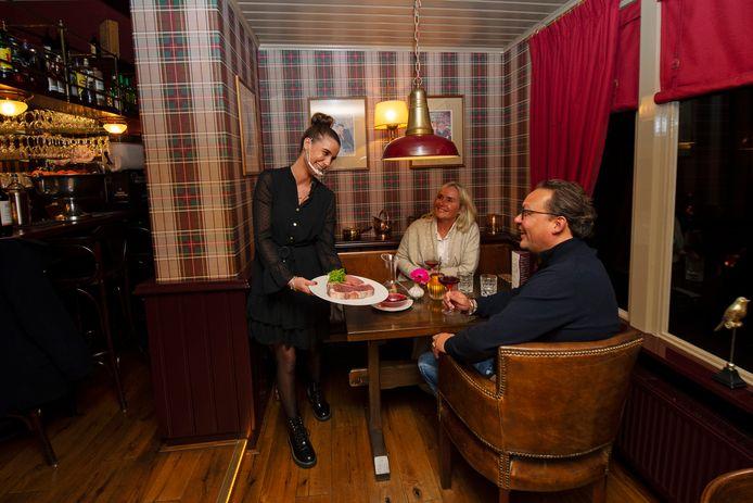 Aan tafel in De Smoezer in Apeldoorn wordt de gasten extra informatie gegeven bij de producten die de keukenbrigade gebruikt.