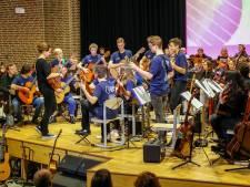 Vijftig gitaristen op Eindhovens podium bij Come Together: a Guitar Rhapsody