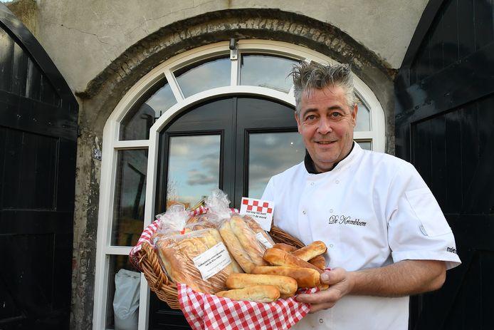 Ramon Ligthart met zijn spraakmakende worstenbroodjes voor de Millse molen.