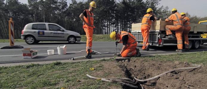 De aanleg van de 'Glowing Lines' in 2014 langs de Weg van de Toekomst in Oss