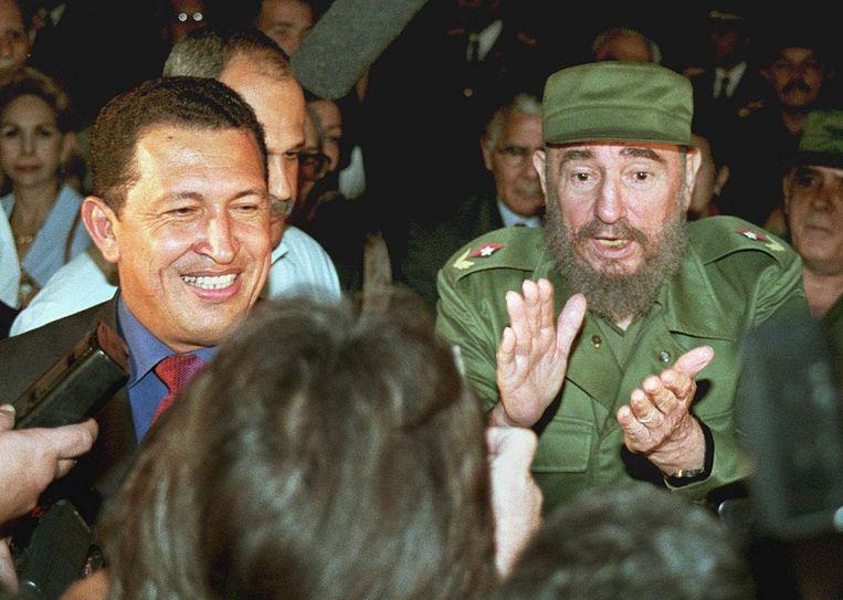 Hugo Chavez (l) in 1999, als hij net verkozen is, samen met de Cubaanse president Fidel Castro Beeld ANP