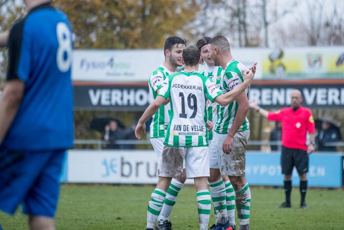 Can Özgan (rechts) wordt gefeliciteerd door zijn ploeggenoten, nadat hij er tegen De Meeuwen met zijn derde treffer van de middag 5-1 van heeft gemaakt.