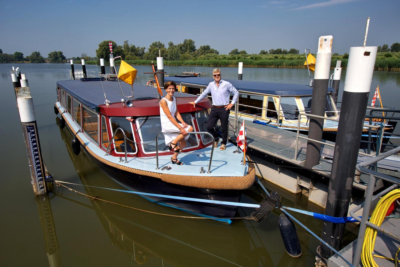 Gerry en Kees Polak krijgen er een nieuwe boot bij, waarmee ze ook rolstoelers mee kunnen nemen voor tochten door de Biesbosch. Hier liggen hun twee huidige boten aangemeerd bij het Biesboschmuseum in Werkendam. Foto Johan Wouters / Pix4Profs