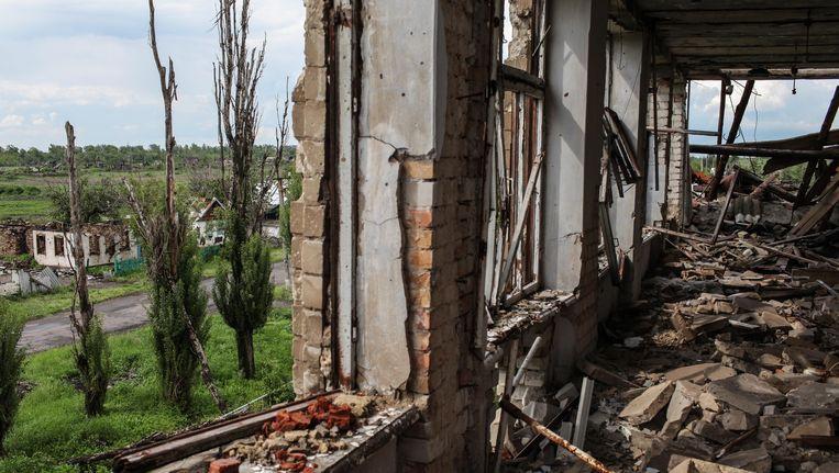 De overblijfselen van een schoolgebouw in Nikisjine. Door de oorlog staat er bijna niets meer overeind in het dorp. Beeld Oleksandr Tetsjynski