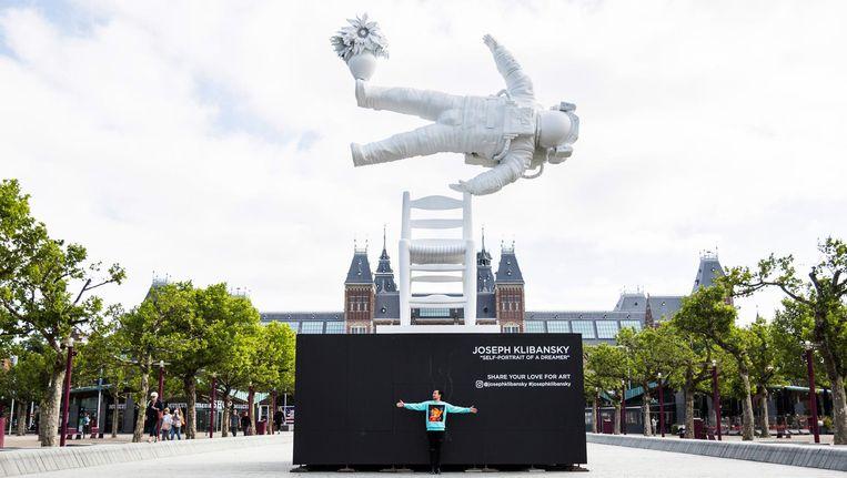 'De Astronaut' van Joseph Klibansky zweeft nu boven de vijver op het Museumplein. Beeld Tammy van Nerum