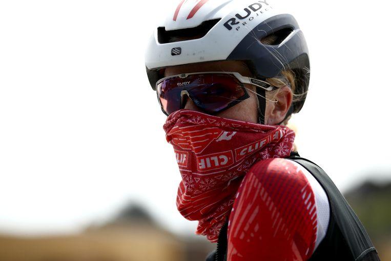 Professioneel triathlete Sarah Piampiano bedekt haar mond tijdens het trainen op de fiets als ze een dorp of stad nadert.  Beeld Getty Images