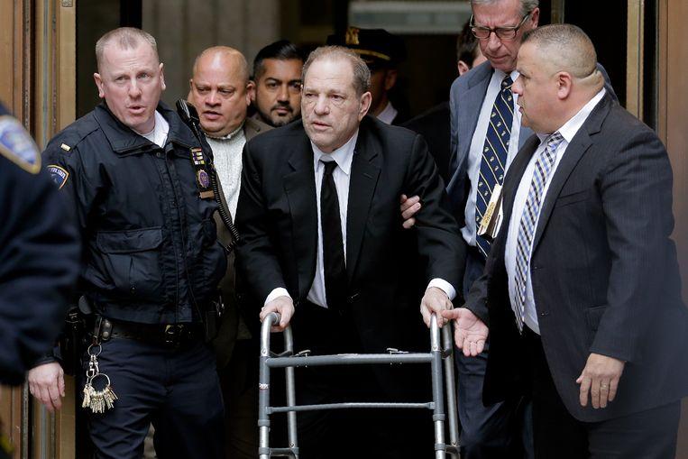 Harvey Weinstein verlaat het gerechtsgebouw in New York na de eerste dag van de rechtszaak tegen hem wegens onder andere verkrachting.   Beeld AP