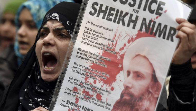 Een vrouw protesteert voor de ambassade van Saoedi-Arabië in Londen. Beeld reuters