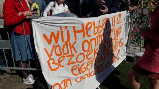 Het spandoek is gemaakt door Hanneke van der Zwan en Gerdieneke Baan, ze hopen dat ze het paar nog een hand kunnen geven: ,,Heel speciaal dat ze nu in ons eigen dorp komen.''