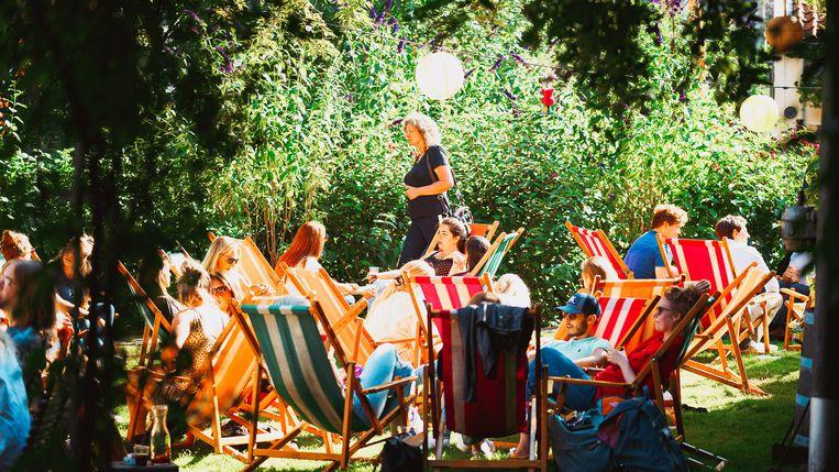 Onder het genot van zomerse achtergrondmuziek kun je bij De Vergulden Eenhoorn onbeperkt sangria drinken. Beeld Thirawut Kluebkaeo