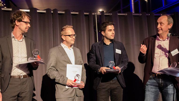 Trouw-journalisten Jan Kleinnijenhuis, helemaal links en Martijn Roessingh, helemaal rechts bij de prijsuitreiking. Beeld Nina Slagmolen
