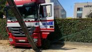 Vrachtwagen gaat door omheining parking Colruyt en ramt verlichtingspaal
