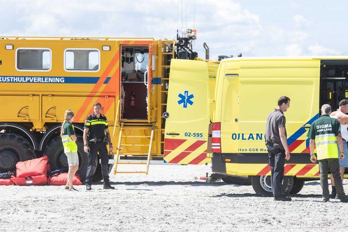 Hulpdiensten op het strand van Ameland.