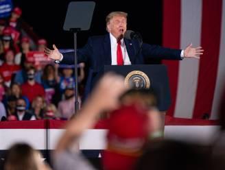 """Trump haalt slogan van vorige verkiezingen weer boven tijdens campagnebijeenkomst: """"Sluit de Bidens op"""""""