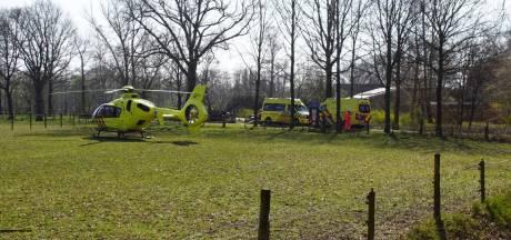 Man uit Neede raakt ernstig gewond door val uit hoogwerker