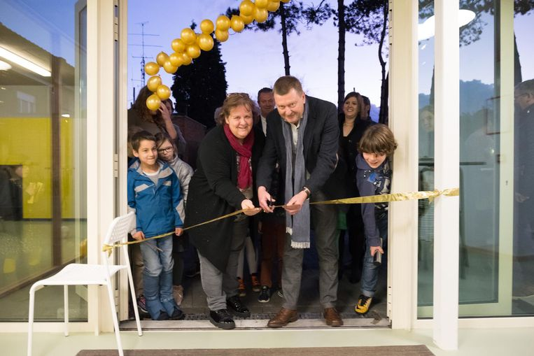 Burgemeester Marc Van der Linden opent de opvang.