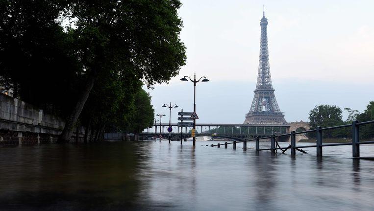 In Parijs steeg de Seine vorige week vrijdag meer dan zes meter boven het normale niveau. Deze foto werd afgelopen zondag gemaakt. Beeld afp