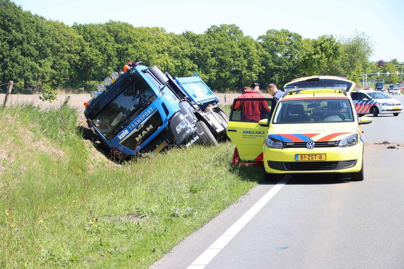 Vrachtwagen in de sloot beland in Bergen op Zoom.