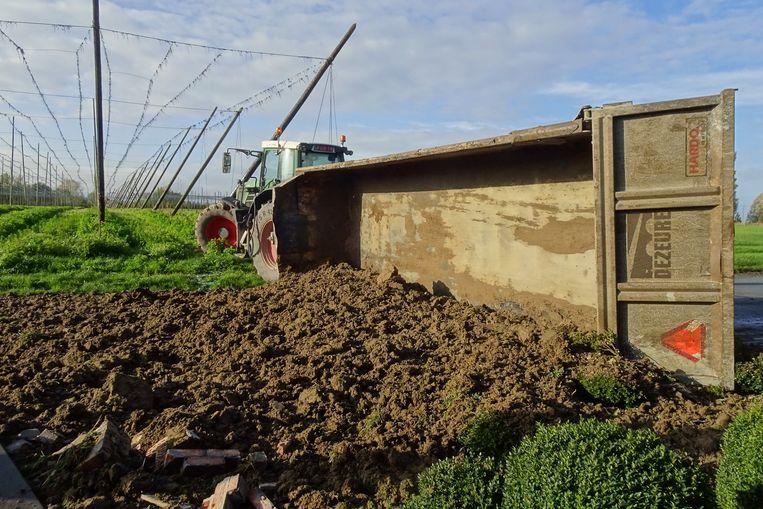 Tractor en kipwagen kwamen tot stilstand op het einde van een hoppeveld langs de Ouderdomseweg in Reningelst.