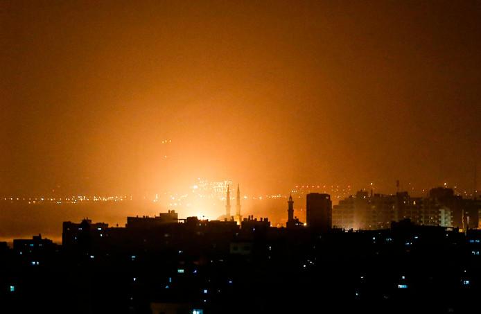De lucht boven Gaza kleurt oranje gedurende de Israëlische luchtaanval van donderdagavond.